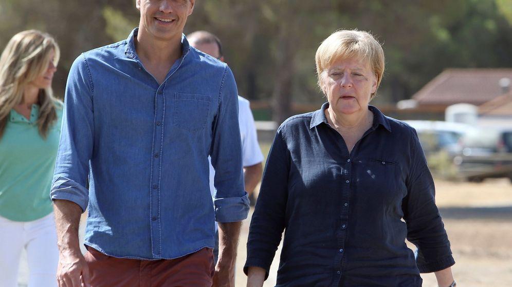 Foto: Pedro Sánchez y Angela Merkel, en una visita de la canciller a Doñana. (EFE)