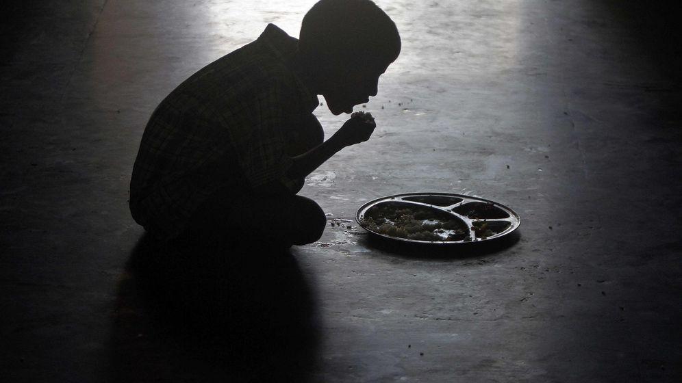 Foto: Un niño come en un orfanato en la India. (Reuters)