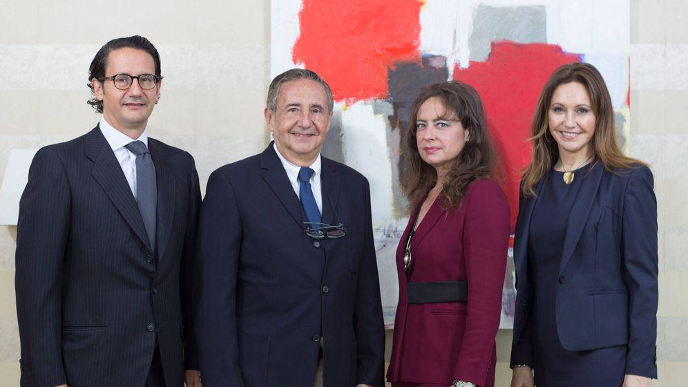 Foto: José Luis Manzanares, en el centro, junto a sus tres hijos. (Ayesa)