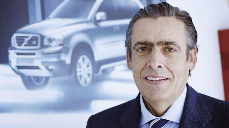 Germán López Madrid, junto a una imagen del Volvo XC90.