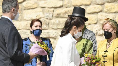 Felipe y Letizia en Fuendetodos: charla con Carlos Saura y el duque de Alba y flores para la Reina