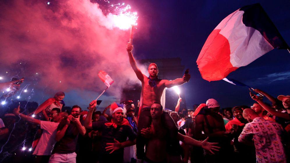 Foto: Un grupo de aficionados franceses celebra la victoria en el Mundial en París. (Reuters)