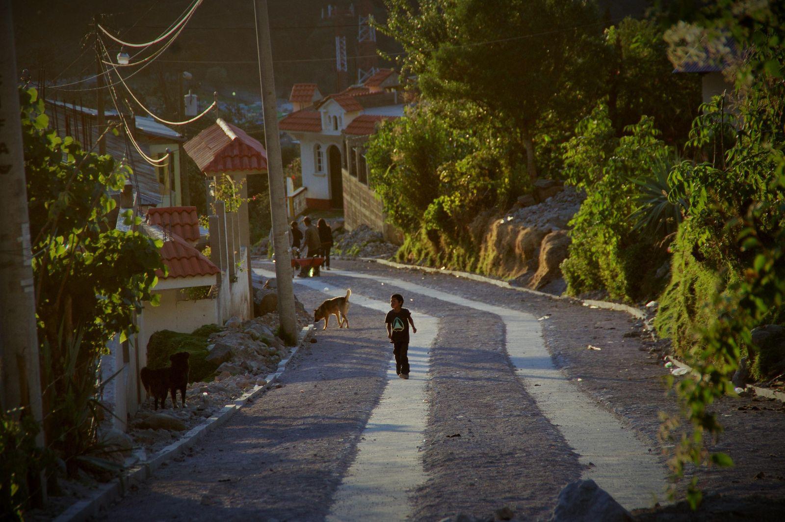 Foto: Puesta del sol sobre la calle principal de la comunidad Tojchina, en San Antonio Sacatepéquez. (D. Grasso)
