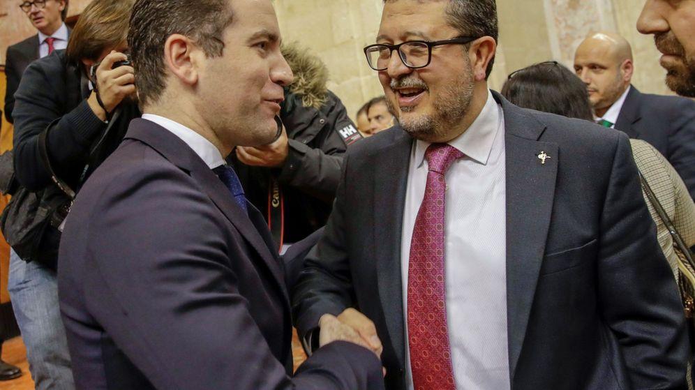 Foto: El secretario de organización el PP, Teodoro García Egea (i), y el juez en excedencia Francisco Serrano, líder de Vox en Andalucía. (EFE)
