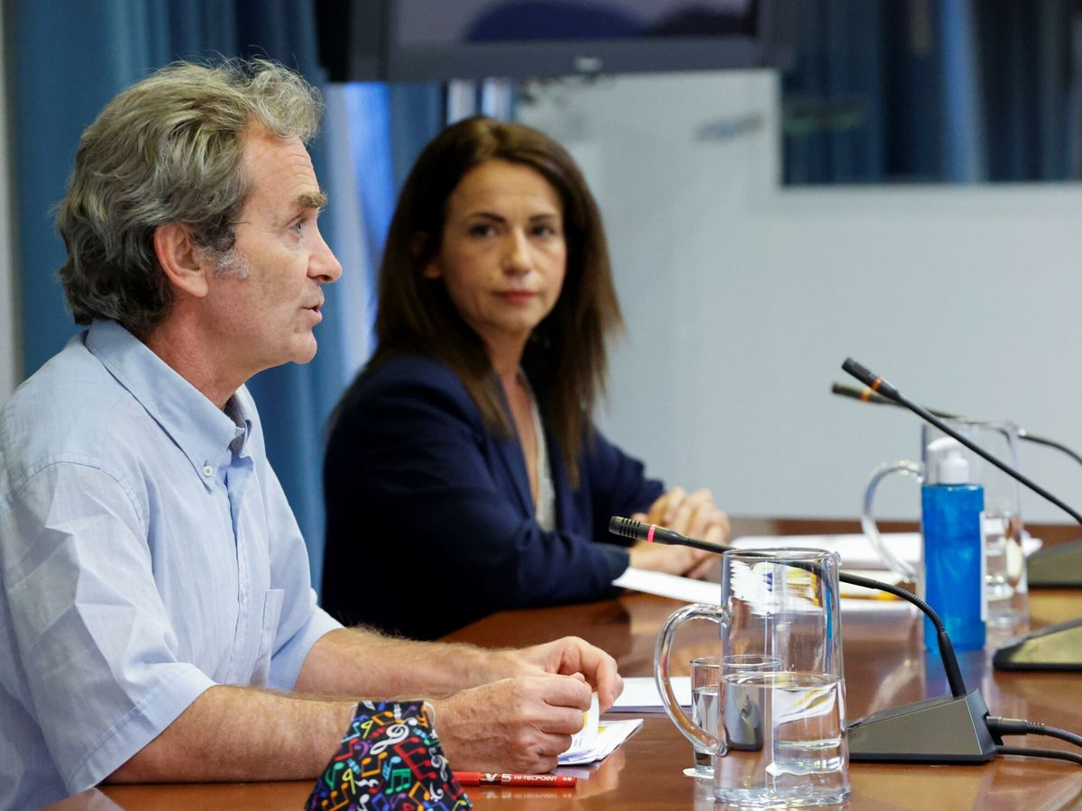 Foto: El director del Centro de Coordinación de Alertas y Emergencias Sanitarias (CCAES), Fernando Simón (i), y la secretaria de Estado de Sanidad, Silvia Calzón. (EFE)