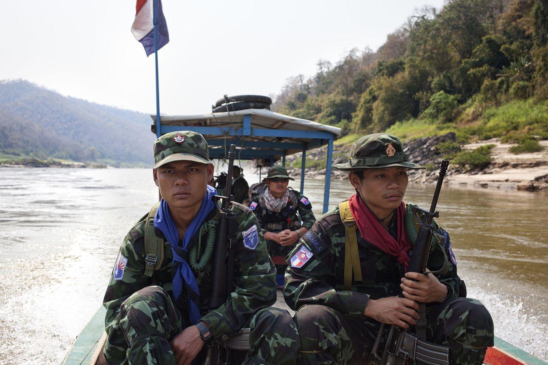 Foto: La unidad anti-tala del KNDO patrulla el río Salween buscando tráfico ilegal de madera (Antolín Avezuela).