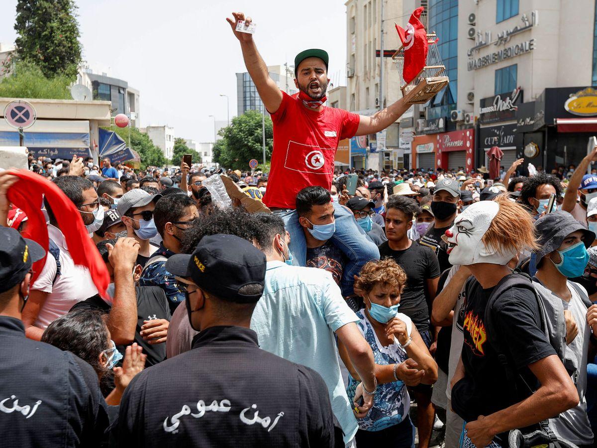 Foto: Protestas en Túnez, horas antes del cese del primer ministro. (Reuters)