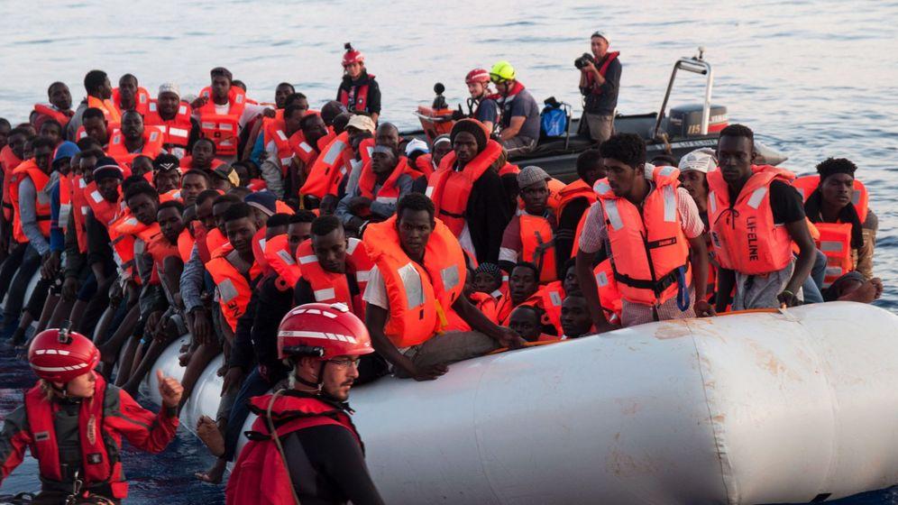 Foto: Un grupo de inmigrantes rescatados en el Mediterráneo en una imagen de archivo. (EFE)