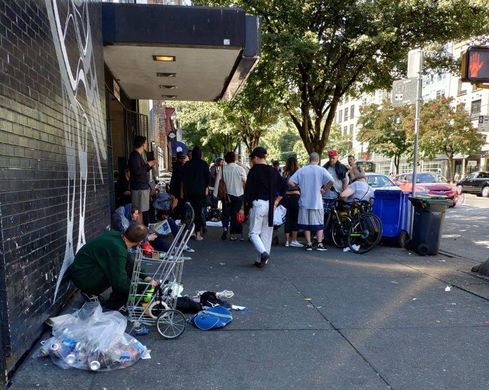 Foto: Varios adictos en la calle Hastings, en el centro de Vancouver. (Foto: Javier García)