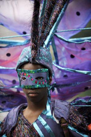 """Notting Hill vive su """"día grande"""" inundado por plumas y música afrocaribeña"""