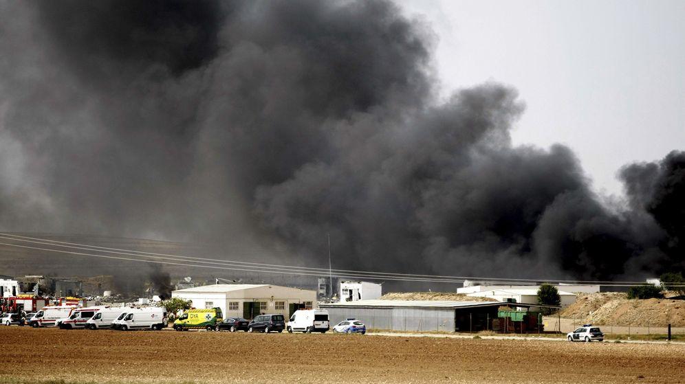 Foto: Una gran humareda cubre la zona de la explosión registrada en la empresa Pirotecnia Zaragozana, situada en Garrapinillos. (EFE)