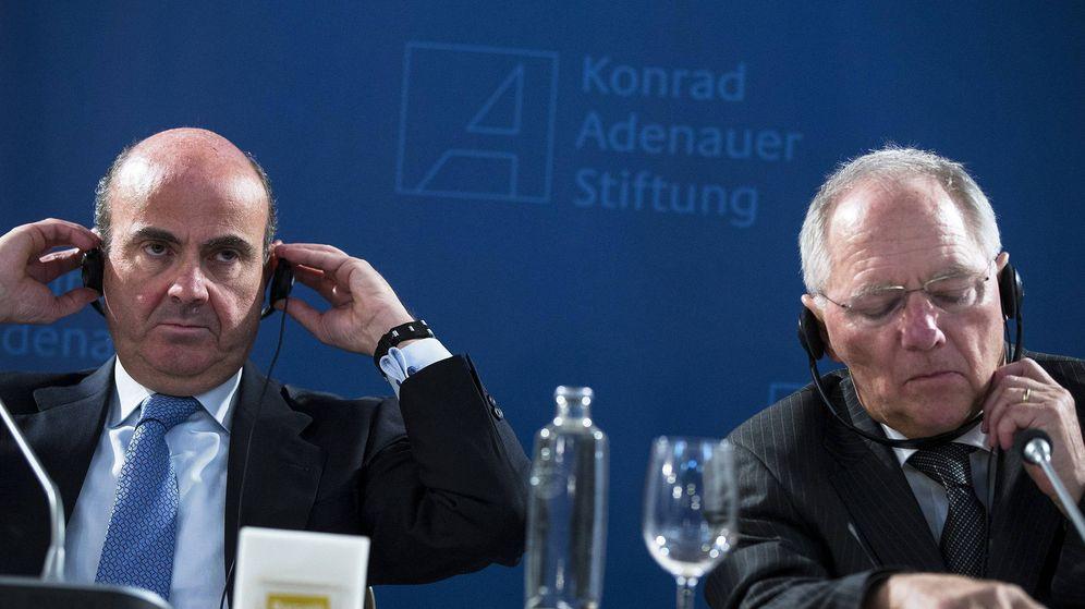 Foto: El ministro de Economía en funciones, Luis de Guindos (i), y el titular de Finanzas alemán, Wolfgang Schäuble. (EFE)