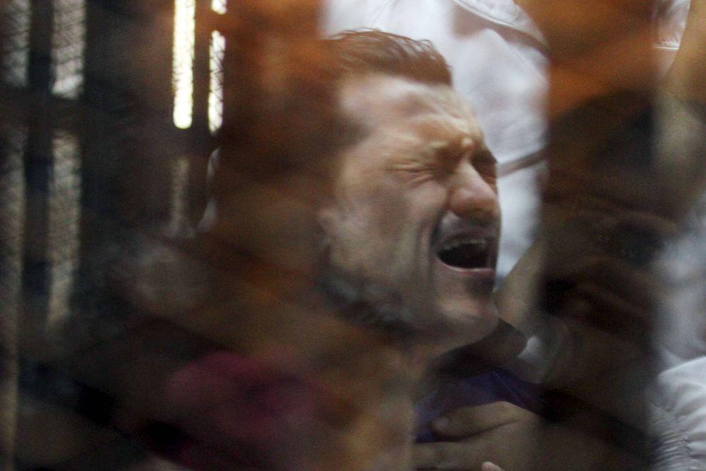 Foto: Un acusado reacciona tras escuchar su sentencia durante un juicio en Cairo, Egipto. (Reuters)