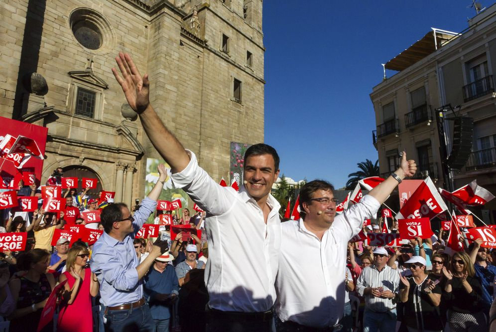 Foto: Pedro Sánchez, con Guillermo Fernández Vara, el 21 de junio del año pasado en Villanueva de la Serena, durante la campaña del 26-J. (EFE)
