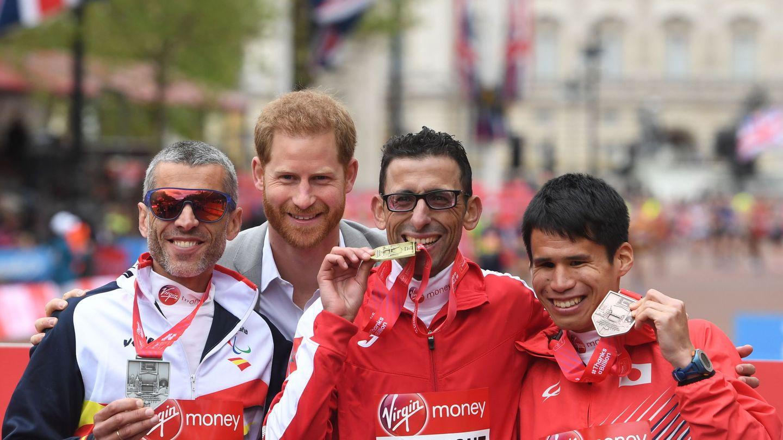 A la izquierda, Alberto Suárez Laso, segundo en la maratón T11 12 de Londres, junto al príncipe Harry, en 2019.