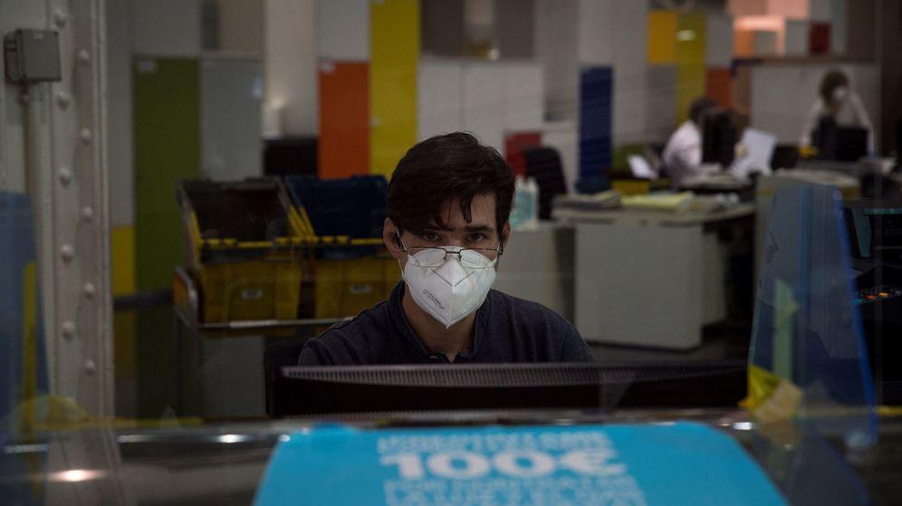 Foto: Un funcionario, en una oficina de Correos. (EFE)