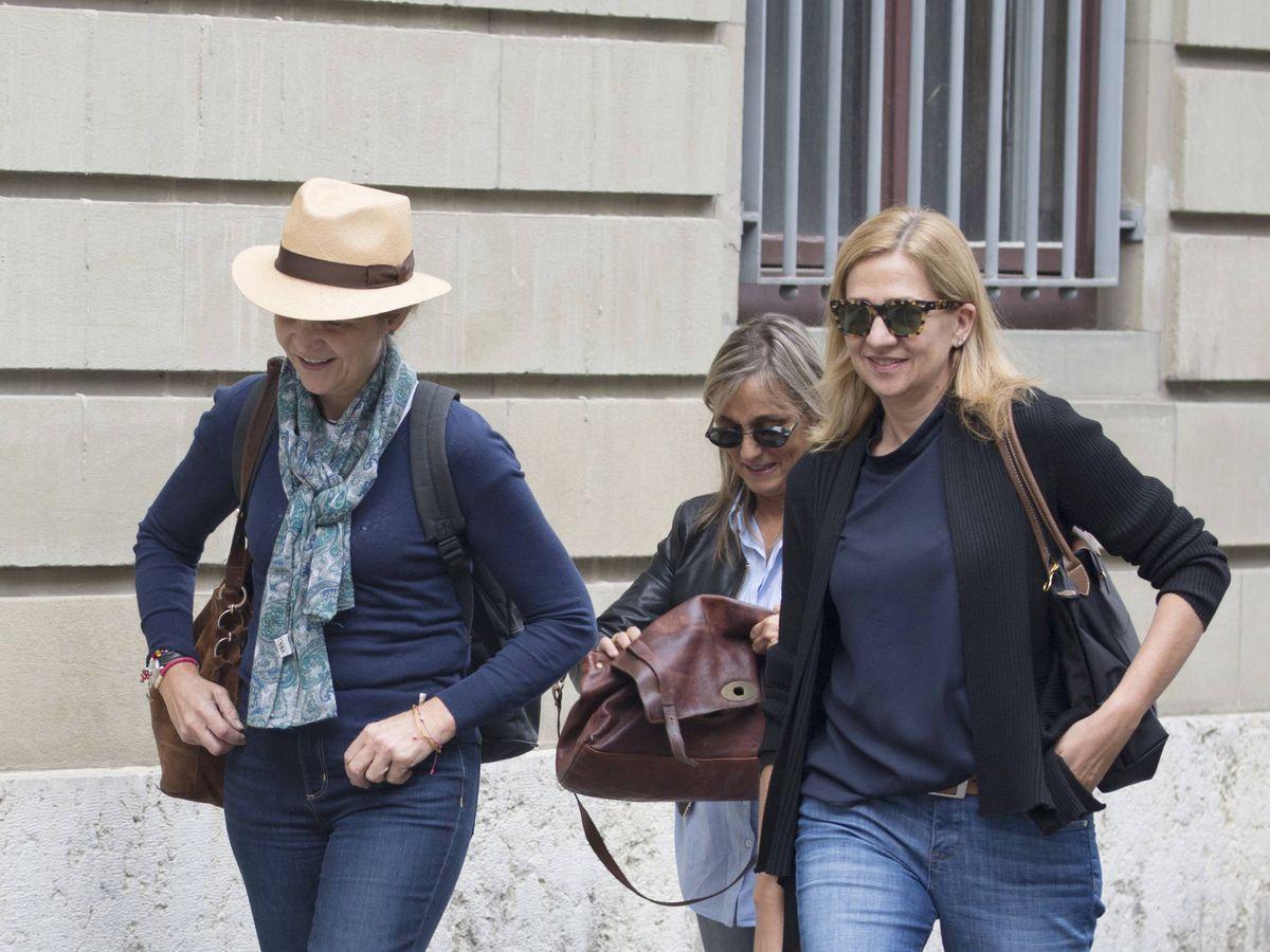 Foto: Las infantas Elena y Cristina, de paseo por Ginebra. (Getty)