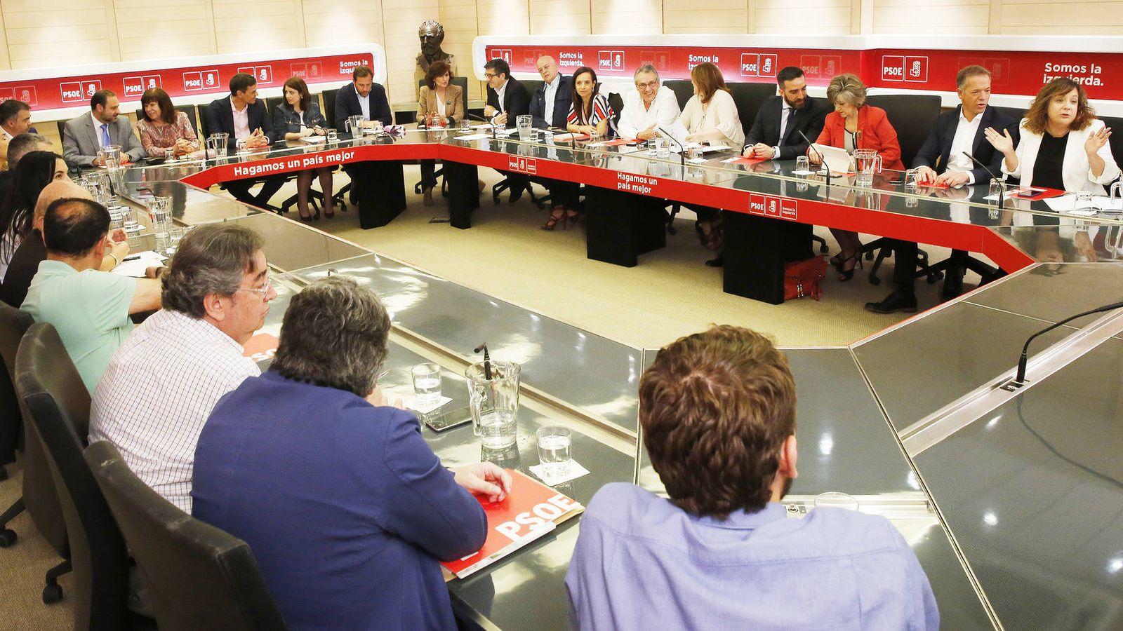 Foto: Pedro Sánchez preside la primera reunión de la comisión permanente de la ejecutiva del PSOE tras acceder al poder, el pasado 18 de junio. (Inma Mesa | PSOE)