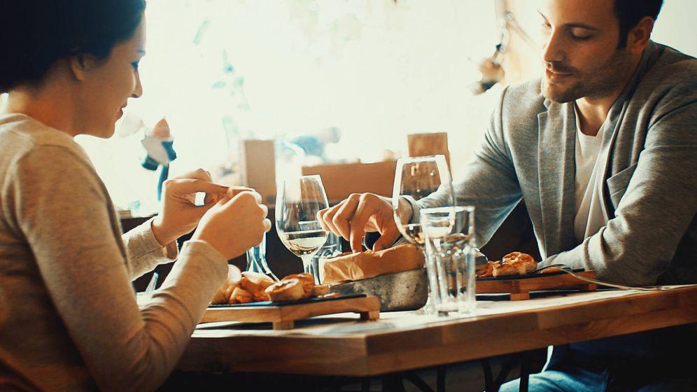 Foto: Una pareja, comiendo en un restaurante. (iStock)