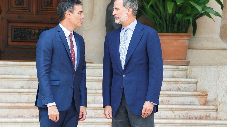 Sánchez visita al Rey sin que amaine la tormenta por la salida de Juan Carlos I