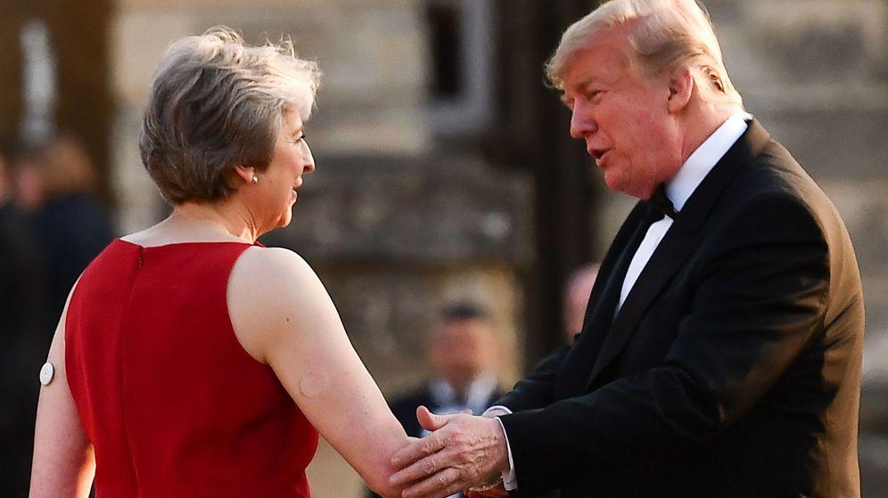 Foto: TLa primera ministra británica, Theresa May (i), saluda al presidente estadounidense, Donald Trump. (EFE)