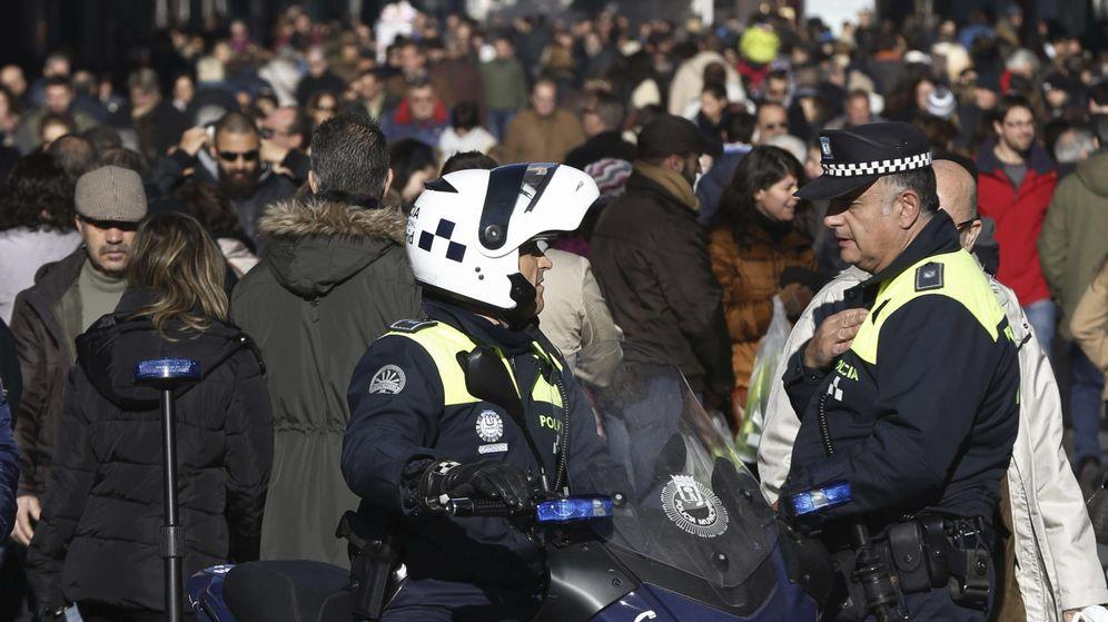 Foto: Dos agentes locales patrullan por el centro de Madrid. (EFE)