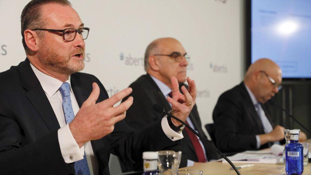 Foto: El presidente de Abertis, Salvador Alemany (c), el consejero director José Aljaro. (EFE)