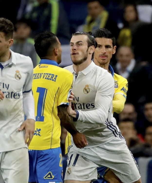 Foto: Bale, empujando a Jonathan Viera.
