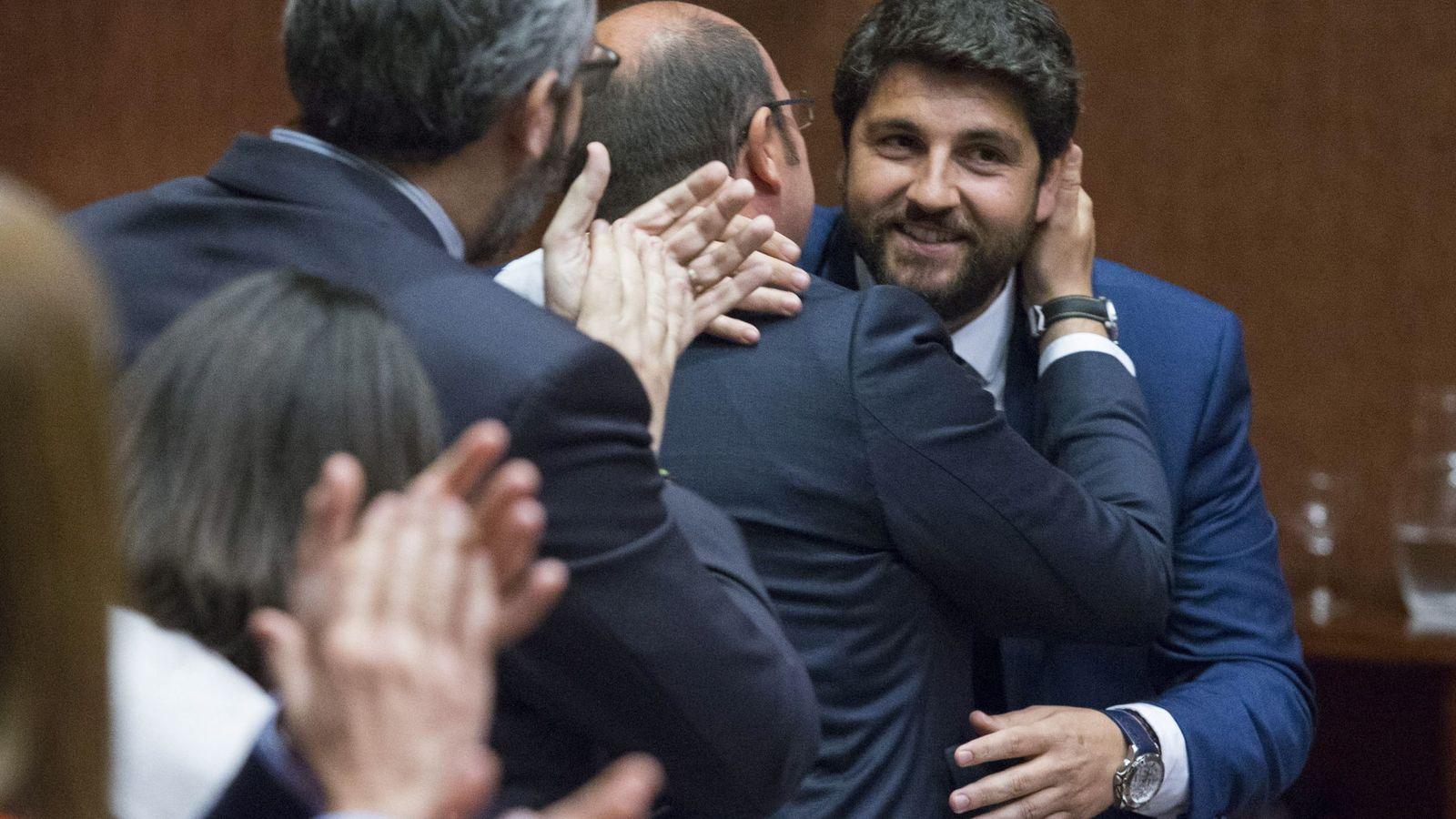 Foto: El recién investido presidente de la Región de Murcia, Fernando López Miras, se abraza a su antecesor, Pedro Antonio Sánchez. (EFE)