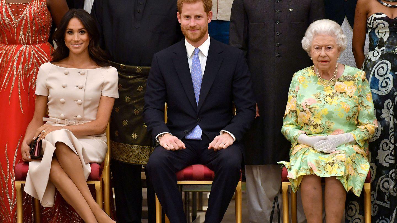 Los Sussex junto a Isabel II en una imagen de archivo. (Reuters)