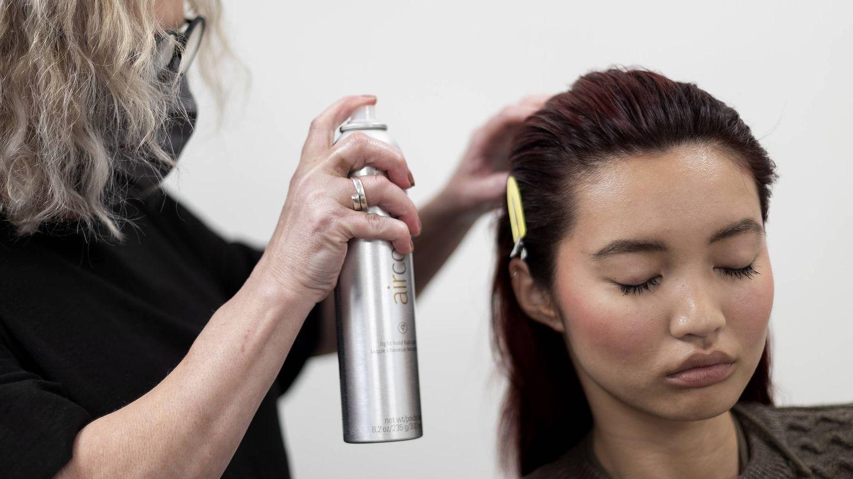 Los productos muy agresivos terminan debilitando el cabello y favoreciendo su caída (Imaxtree)