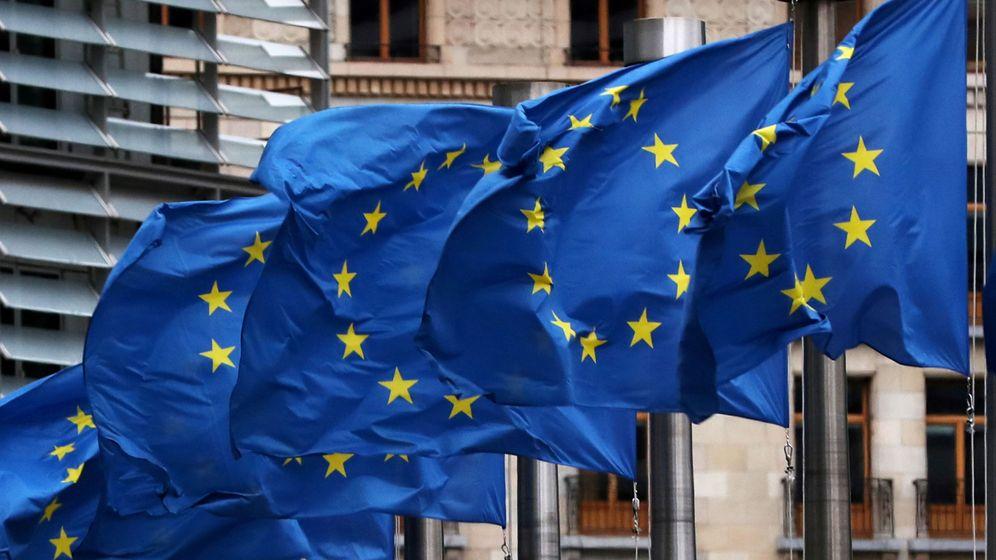 Foto: Banderas de la UE ondean frente a la sede de la Comisión Europea en Bruselas. (Reuters)
