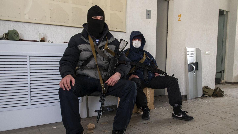 Hombres armados prorrusos tras tomar la sede de la seguridad en Luhansk (Reuters).