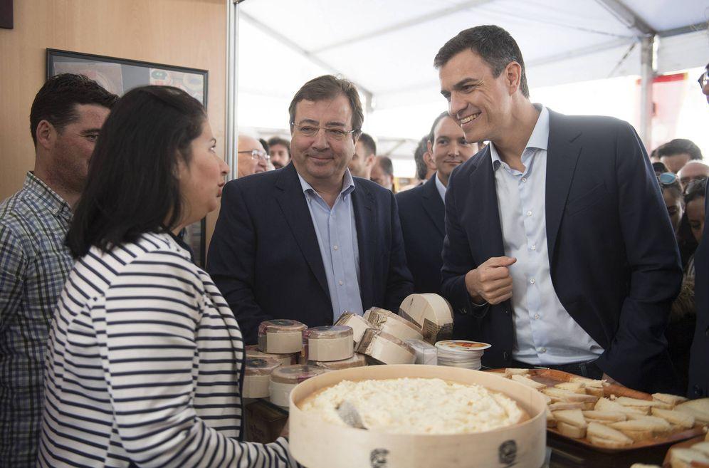 Foto: Pedro Sánchez y Guillermo Fernández Vara, este 28 de abril en la inauguración de la XXXIII Feria Nacional del Queso en Trujillo, Cáceres. (Borja Puig | PSOE)