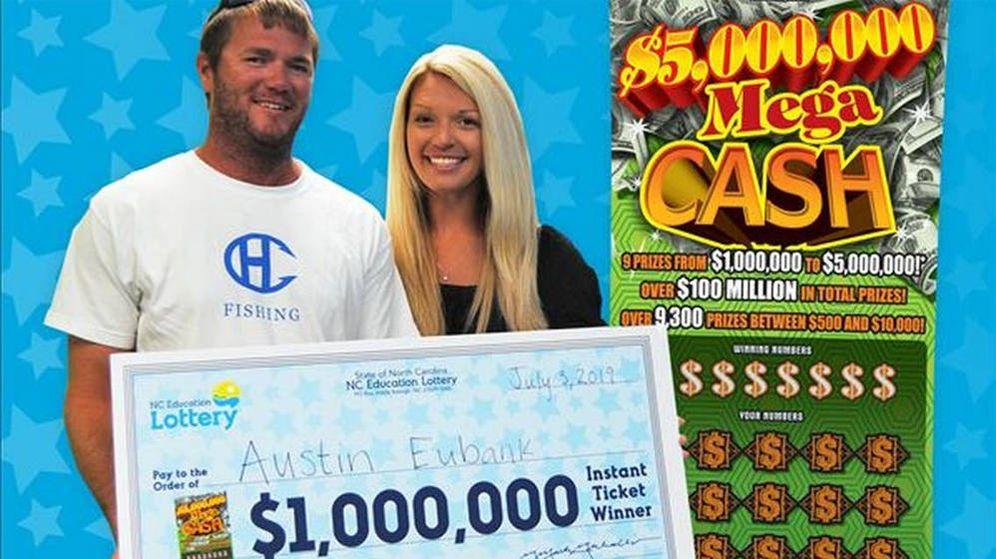 Foto: Austin Eubank y su esposa Margaret, en el momento de recibir el cheque por valor de un millón de dólares (Foto: NC Lottery)