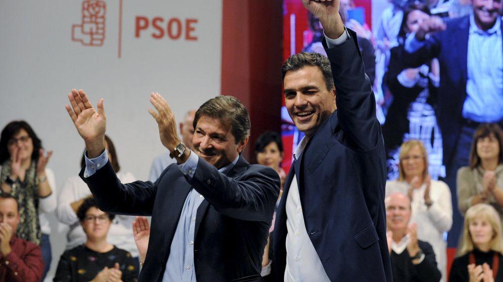 Foto: Javier Fernández y Pedro Sánchez, en una foto de archivo. (Reuters)
