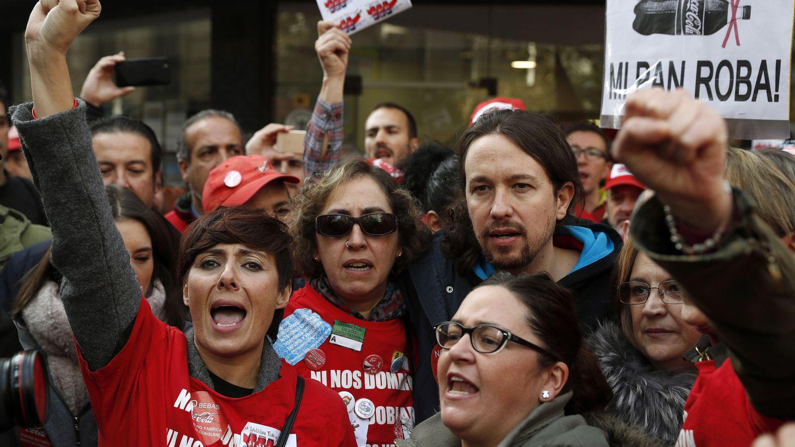 Foto: Gema María Gil (izq.) junto a otras 'espartanas' y el líder de Podemos, Pablo Iglesias, durante una manifestación promovida por trabajadores despedidos por Coca-Cola. (EFE)