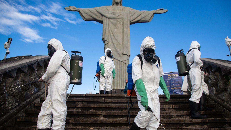 Soldados del ejército brasileño hacen desinfección en el Cristo Redentor. (EFE)