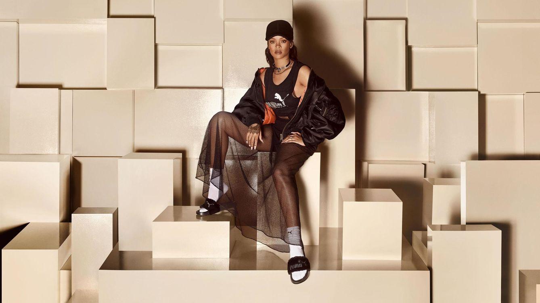 Foto: Rihanna posa con el modelo negro de sus creaciones (Foto: Cortesía Puma)