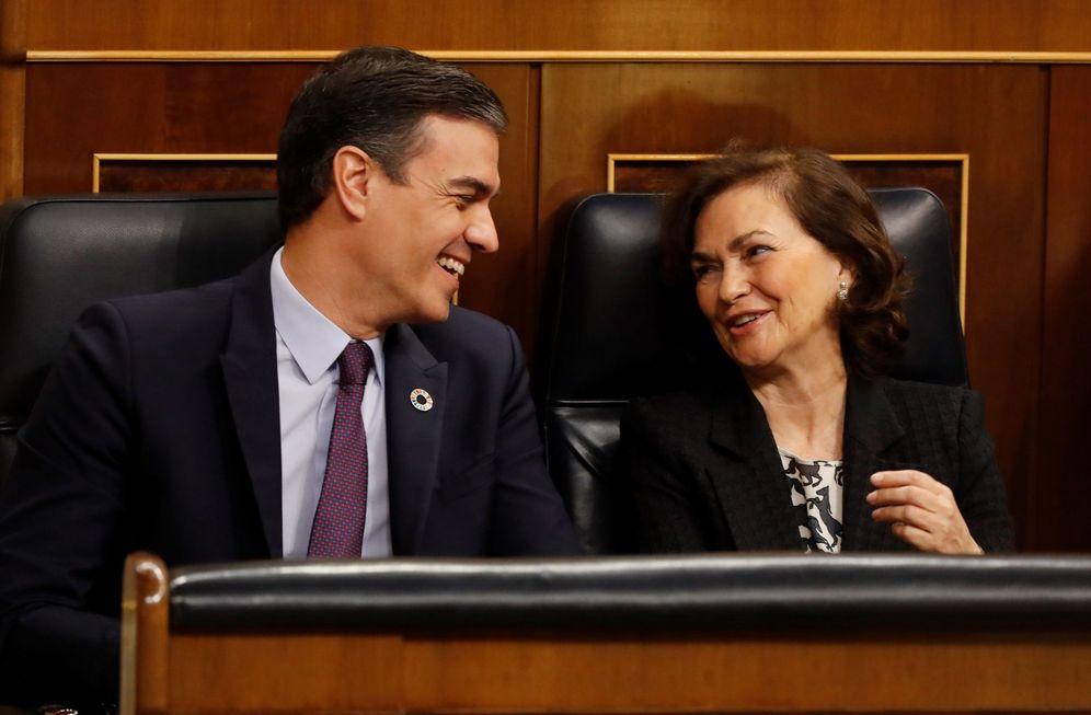 Foto: Pedro Sánchez y la vicepresidenta primera, Carmen Calvo, durante la sesión de control al Gobierno, este 12 de febrero en el Congreso. (EFE)