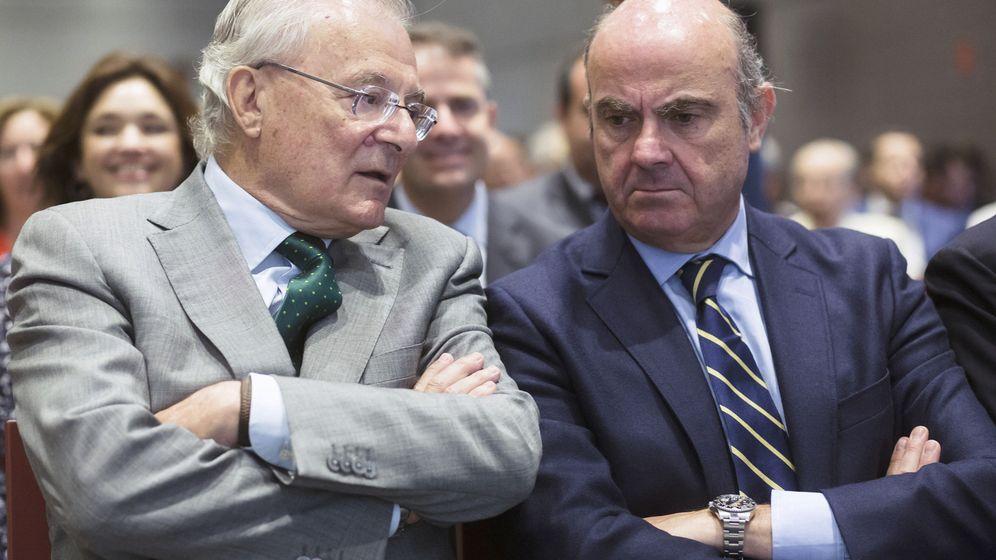 Foto: Manuel Azuaga, presidente de Unicaja Banco, y Luis de Guindos, vicepresidente del BCE, en una foto de archivo de 2017. (EFE)