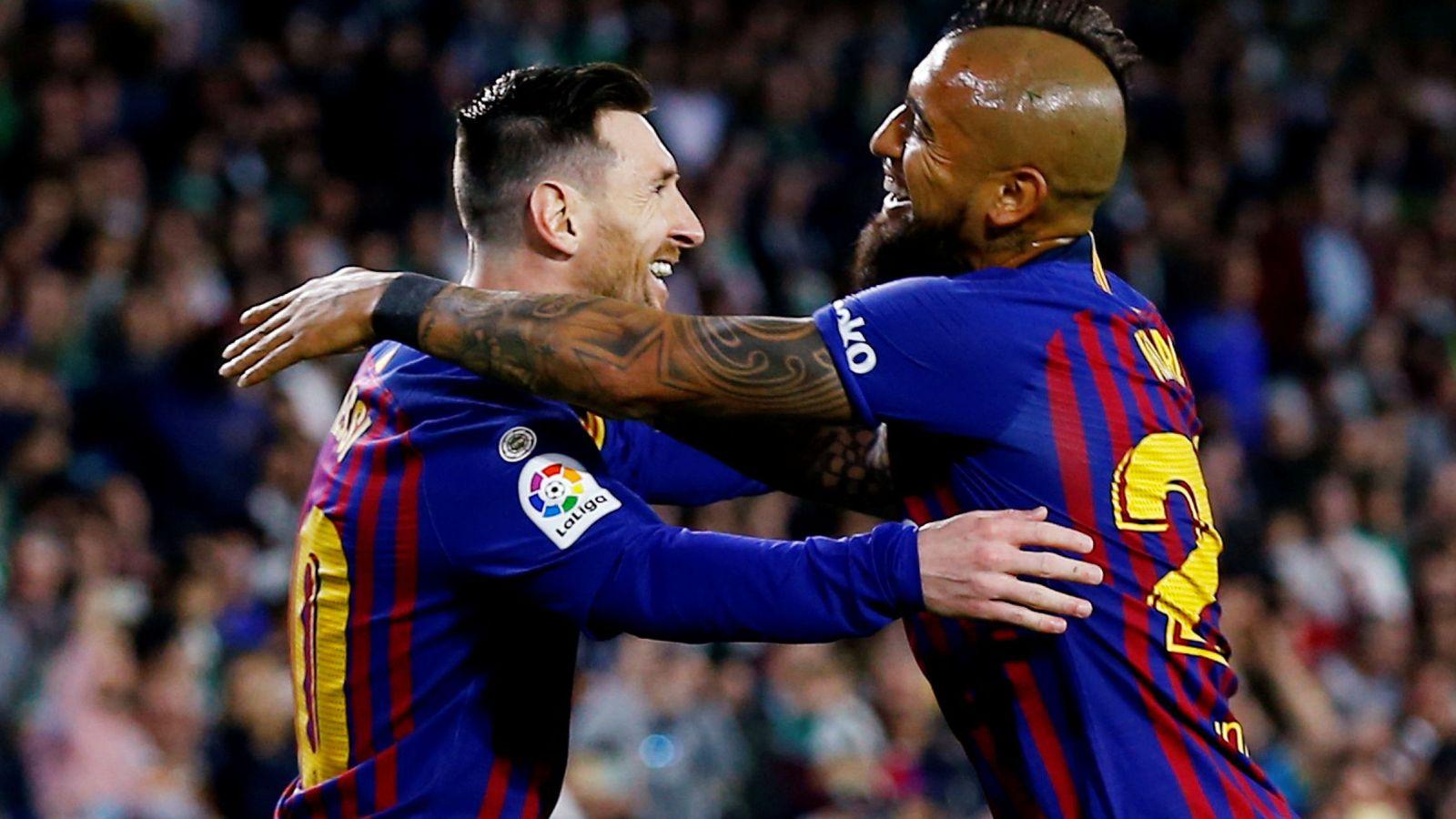 Foto: Arturo Vidal se abraza a Messi tras un gol del argentino en Liga. (Reuters)
