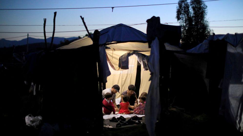 Foto: Dos migrantes y cuatro bebés en el interior de una tienda de campaña cerca del campo de refugiados de Moria, en Lesbos. (Reuters)