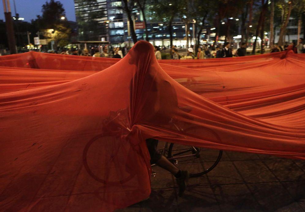 Foto: Un manifestante durante una protesta por la desaparición de los 43 estudiantes celebrada en Ciudad de México, el 1 de diciembre de 2014 (Reuters).