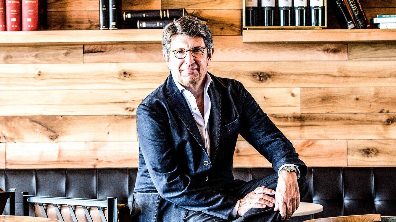 Foto: Javier Suqué, presidente del Grupo Peralada, que integra casinos, museos, hotel y el prestigioso Festival del Castell de Peralada. / OLGA PLANAS