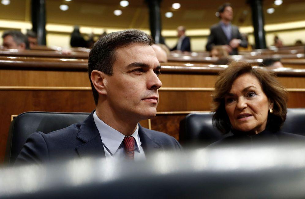 Foto: Pedro Sánchez y la vicepresidenta primera, Carmen Calvo, este 26 de febrero en el Congreso. (EFE)