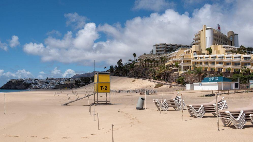 Foto: La playa y establecimientos hoteleros de Jandía hoy vacíos. (EFE)