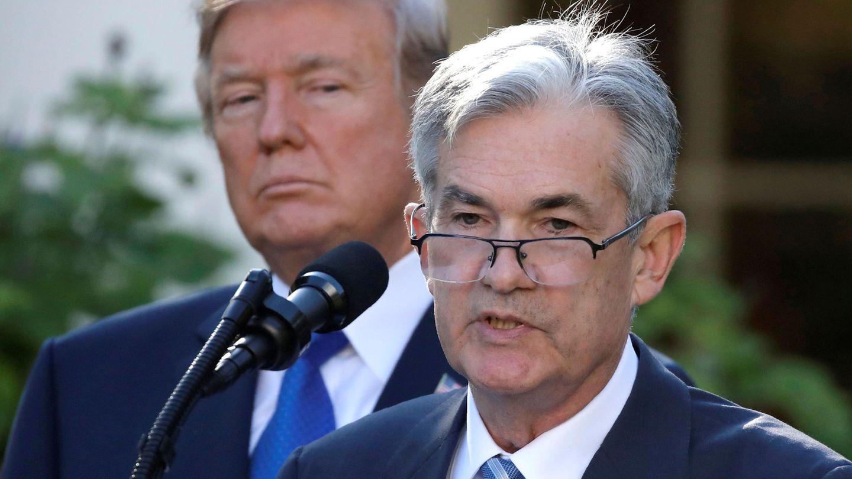 El presidente de EEUU, Donald Trump, observa al presidente de la Fed, Jerome Powell. (Reuters)