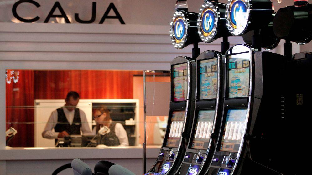 Foto: Algunas de las máquinas del interior casino Cirsa de Valencia. (EFE)