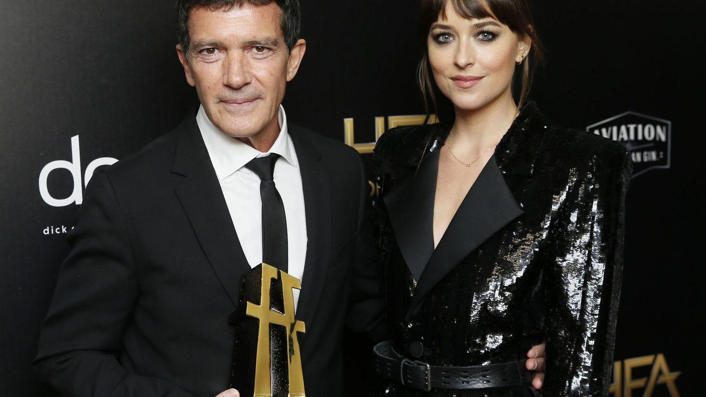 Dakota Johnson, con su 'padrastro', Antonio Banderas. (Reuters)